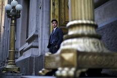 """Un empleado de seguridad en la puerta frontal del Banco Central de Chile en Santiago, sep 1, 2015. El retiro del estímulo monetario en Chile será """"muy gradual y moderado"""" y hacia fines de este año o principios del 2016, por lo que la tasa de interés clave seguirá siendo expansiva para apuntalar la economía, dijo el jueves el presidente del Banco Central.   REUTERS/Ivan Alvarado"""