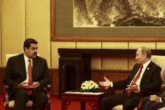 Президент России Владимир Путин на встрече с президентом Венесуэлы Николасом Мадуро в Пекине. 3 сентября 2015 года. Владимир Путин сказал в пятницу, что не находит ничего драматического в падении нефтяных цен, от которых зависит курс рубля, и что такие колебания ожидаемы. REUTERS/Miraflores Palace/Handout via Reuters
