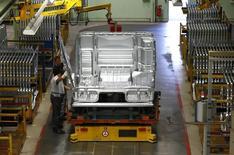 Les commandes à l'industrie en Allemagne ont baissé plus que prévu en juillet (-1,4% d'un mois sur l'autre) en raison d'une diminution de la demande étrangère, rapporte vendredi le ministère de l'Economie, qui ajoute qu'un euro faible et la reprise dans la zone euro devraient soutenir le commerce extérieur. /Photo prise le 30 juillet 2015/REUTERS/Michaela Rehle