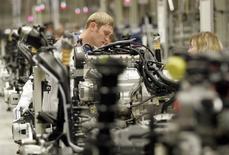 Рабочие на заводе Volkswagen в Калуге 20 октября 2009 года. Немецкий автопроизводитель Volkswagen, владеющий автомобильным заводом в РФ, запустил новое производство двигателей в Калуге за 250 миллионов евро на фоне падающего локального авторынка. REUTERS/Alexander Natruskin