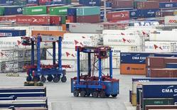 Cargadores transportan contenedores en una terminal en el puerto de Hamburgo, 9 de octubre de 2014. Los pedidos industriales alemanes cayeron más que lo esperado en julio por una demanda externa más baja, informó el viernes el Ministerio de Economía, pero dijo que la debilidad del euro y la recuperación de la zona euro podrían apoyar el comercio exterior. REUTERS/Fabian Bimmer