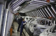 Trabajaradores brasileños pulen autos Ford en una línea de ensamblaje en la planta de la compañía en Sao Bernardo do Campo, cerca de Sao Paulo, 13 de agosto de 2013. La producción automotriz de Brasil se redujo un 3,5 por ciento y las ventas cayeron un 8,9 por ciento en agosto frente al mes anterior, señaló el viernes la asociación nacional de fabricantes de autos. REUTERS/Nacho Doce