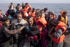 Refugiados sírios desembarcando na ilha grega de Lesbos.  03/09/2015   REUTERS/Dimitris Michalakis