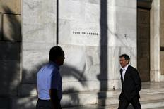 People walk past the headquarters of Bank of Greece in Athens, August 27, 2015. REUTERS/Alkis Konstantinidis