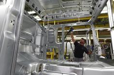 Un hombre trabaja en la línea de ensamblaje de la planta de producción de camiones de MAN, en Múnich, Alemania, 30 de julio de 2015. La producción industrial alemana subió en julio a su ritmo más acelerado en lo que va de este año, mostraron el lunes datos del Ministerio de Economía, lo que sugiere que la mayor economía de Europa tuvo un sólido desempeño al comienzo del tercer trimestre. REUTERS/Michaela Rehle