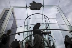 Customers enter the Apple store on 5th Avenue beneath an Apple logo in the Manhattan borough of New York City, July 21, 2015. REUTERS/Mike Segar/Files