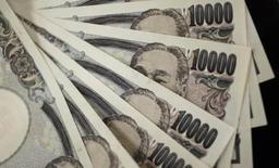 Банкноты 10000 иен. Токио, 2 августа 2011 года. Курс доллара к иене снижается за счет усиления спроса на низкорискованную японскую валюту на фоне спада на азиатских фондовых рынках. REUTERS/Yuriko Nakao