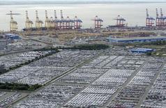 Le port de Bremerhaven. Les exportations et les importations en Allemagne ont atteint en juillet des niveaux sans précédent. Cela a permis à l'excédent commercial d'augmenter à 22,8 milliards d'euros. /Photo d'archives/REUTERS/Fabian Bimmer
