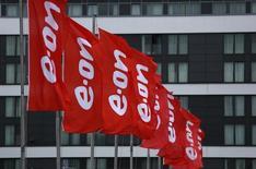 Флаги с логотипом E.ON у штаб-квартиры компании в Эссене. 7 мая 2015 года. Подконтрольная немецкому концерну E.ON энергокомпания E.ON Russia снова перенесла запуск крупного энергоблока в Сибири, отложив начало поставки его мощности на рынок с сентября на начало октября. REUTERS/Ina Fassbender