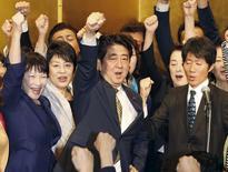 El primer ministro de Japón, Shinzo Abe (centro), levanta su puño junto a miembros de su partido durante una ceremonia para elegir al jefe del partido, en Tokio, 8 de septiembre de 2015. El primer ministro japonés, Shinzo Abe, logró el martes un inusual segundo mandato consecutivo como jefe del partido gobernante, y por lo tanto como primer ministro, y se comprometió principalmente a mantener la atención en la reactivación de la tercera mayor economía del mundo. Créditos: REUTERS/Kyodo   ATENCIÓN EDITORES: SÓLO PARA USO EDITORIAL. NO PARA LA VENTA PARA MERCADEO O CAMPAÑAS DE PUBLICIDAD. ESTA FOTO FUE PROCESADA POR REUTERS PARA MEJORAR LA CALIDAD. UNA VERSIÓN NO PROCESADA ES TRANSMITIDA DE FORMA SEPARADA.