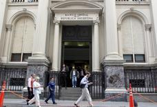 Peatones caminan junto al Banco Central de Argentina, en el distrito financiero de Buenos Aires, 26 de marzo de 2015. El Gobierno de Argentina amplió la emisión de dos bonos por un valor nominal de 784,3 millones de dólares, se informó el martes por Boletín Oficial, sin que se dieran mayores detalles de inmediato. REUTERS/Agustin Marcarian