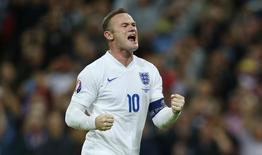 Wayne Rooney, da seleção inglesa, comemora gol contra a Suíça em partida pelas eliminatórias da Eurocopa, em Londres, nesta terça-feira. 08/09/2015 REUTERS/Eddie Keogh/Livepic