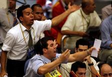 Operadores trabajando en la Bolsa de Valores de Sao Paulo, oct 16, 2008. La Bolsa de Brasil cerró con ganancias el martes, en medio de importantes alzas de los mercados bursátiles en el exterior, impulsada por las acciones de los bancos privados y de la minera Vale.  REUTERS/Paulo Whitaker