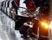 Рабочий на заводе Mercedes-Benz в Пекине 31 августа 2015 года. Китай усовершенствует бюджетную политику, увеличит инфраструктурные расходы и ускорит реформу налоговой системы, чтобы поддержать экономику, пообещало министерство финансов, подключившись к попыткам властей подстегнуть рост. REUTERS/Kim Kyung-Hoon
