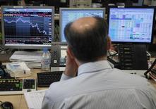 Le premier code de conduite unique visant à moraliser un marché des changes marqué par une série de scandales révélés au cours des trois dernières années prendra effet en mai 2017, ont annoncé mercredi des responsables de banques centrales. /Photo d'archives/REUTERS/Andrea Comas