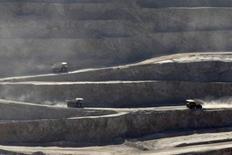 Camiones pasan a través de la mina de cobre Chuquicamata, cerca de Calama, Chile, 1 de abril de 2011. La estatal chilena Codelco, la mayor productora mundial de cobre, dijo el miércoles que detuvo temporalmente las operaciones de su planta concentradora en la mina Chuquicamata, por riesgos de seguridad tras una protesta de trabajadores contratistas. REUTERS/Ivan Alvarado