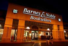Le chiffre d'affaires de Barnes & Noble, la plus importante chaîne de librairies aux Etats-Unis, a reculé pour le cinquième trimestre consécutif, conséquence de la fermeture de magasins, d'un recul des ventes en ligne et d'une demande qui ne décolle pas pour ses liseuses Nook. Sa perte s'est accrue à 34,9 millions de dollars (31,2 millions d'euros) sur les trois mois au 1er août, et son chiffre d'affaires a diminué de 1,5% à 1,2 milliard de dollars. /Photo prise le 9 mars 2015/REUTERS/Mike Blake