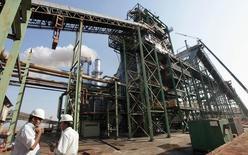 Unos trabajadores en la procesadora de azúcar Da Mata en Valparaíso, Brasil, sep 18, 2014. Los ingenios azucareros del centro sur de Brasil produjeron 2,84 millones de toneladas de azúcar en la segunda mitad de agosto, levemente menos que los 2,86 millones producidos en la primera mitad del mes pasado, según datos de la Unión de la Industria de Caña de Azúcar del país, Unica.     REUTERS/Paulo Whitaker/Files