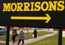"""Morrisons, la quatrième chaîne de supermarchés au Royaume-Uni, vend ses 140 magasins de proximité de l'enseigne """"M local"""" afin de se recentrer sur son coeur de métier. La filiale déficitaire a été cédée pour 25 millions de livres (34,4 millions d'euros) à l'homme d'affaires Mike Greene, appuyé par la firme d'investissement Greybull Capital. /Photo d'archives/REUTERS/Phil Noble"""