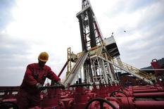 Рабочий на месторождении Sinopec в провинции Сычуань 1 марта 2011 года. Энергетические компании Китая сокращают традиционную добычу газа на фоне резкого замедления роста спроса, но не меняют планы добычи сланцевого газа, согласно местным СМИ и источникам. REUTERS/Stringer