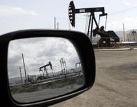 Станки-качалки в Феллоус, Калифорния 3 апреля 2010 года. Цены на нефть растут накануне публикации отчета о запасах нефти в США. REUTERS/Lucy Nicholson