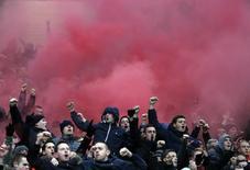 """Болельщики """"Ливерпуля"""" во время матча чемпионата Англии против """"Манчестер Юнайтед"""". Манчестер, 13 января 2013 года. REUTERS/Phil Noble"""