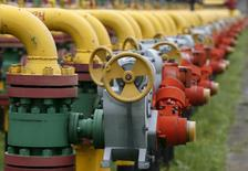 Трубы и вентили на территории ПХГ в Львовской области. 28 мая 2015 года. Украина надеется до конца сентября договориться с Россией о возобновлении поставок газа, без которых Киеву, накопившему в хранилищах 80 процентов необходимого к середине октября топлива, будет сложно пройти холодный сезон, сказал глава украинского импортера. REUTERS/Gleb Garanich