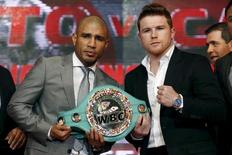 "Boxers Miguel Cotto of Puerto Rico (L) and Saul ""Canelo"" Alvarez of Mexico pose at a news conference in Mexico City, August 25, 2015. REUTERS/Edgard Garrido"
