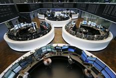 Les principales Bourses européennes esquissent lundi un timide rebond à l'ouverture malgré des indicateurs publiés ce week-end qui confirment le ralentissement de la croissance chinoise. À Paris, l'indice CAC 40 prend 0,3% peu après l'ouverture. À Francfort, le DAX est pratiquement à l'équilibre. /Photo d'archives/REUTERS/Ralph Orlowski
