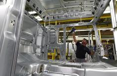 Un hombre trabaja en una línea de ensamblaje en la planta de producción de camiones de MAN AG en Munich, Alemania, en una foto de archivo del 30 de julio de 2015. La producción industrial de la zona euro se mostró más robusta de lo esperado en julio, impulsada por una mayor actividad en los sectores de energía, bienes de equipo y de consumo duraderos, de acuerdo a datos divulgados el lunes por la oficina de estadísticas de la Unión Europea, Eurostat. REUTERS/Michaela Rehle/Files