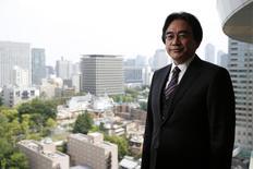 Foto de archivo del difunto presidente de Nintendo, Satoru Iwata, posando para una fotografía luego de una entrevista con Reuters en Tokio, 8 de mayo de 2014. El fabricante japonés de videojuegos Nintendo dijo el lunes que iba a promover a su director gerente, Tatsumi Kimishima, para reemplazar al ex presidente Satoru Iwata, que falleció de cáncer en julio. REUTERS/Toru Hanai