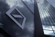 El logo de Deutsche Bank, en una pared de la sede de la compañía, en Fráncfort, Alemania, 9 de junio de 2015. Deutsche Bank buscará recortar aproximadamente 23.000 puestos de trabajo, o alrededor de un cuarto del total de su personal, a través de despidos fundamentalmente en el área tecnológica y de la venta de la división PostBank, dijeron el lunes fuentes financieras. REUTERS/Ralph Orlowski