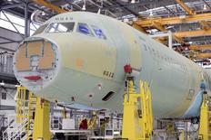 Airbus a inauguré lundi sa première usine d'assemblage aux Etats-Unis, sur les terres de son grand rival Boeing. Le site de Mobile, en Alabama, se consacrera surtout à la construction de l'A321 (photo), le plus gros monocouloir du groupe aéronautique européen. /Photo prise le 13 septembre 2015/REUTERS/Michael Spooneybarger