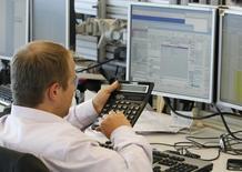 Трейдер в инвестбанке в Москве 9 августа 2011 года. Российские фондовые индексы продержались всю сессию понедельника в положительной зоне и не демонстрировали заметных колебаний в условиях низкой активности торгов. REUTERS/Denis Sinyakov