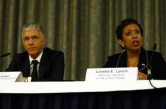 Procurador-geral da Suíça, Michael Lauber, e procuradora-geral dos EUA, Loretta Lynch, em entrevista coletiva em Zurique. 14/09/2015 REUTERS/Ruben Sprich