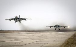 Истребители Су-25 во время учений в Ставропольском крае 12 марта 2015 года. ВВС США обеспокоены наращиванием Россией возможностей своей боевой авиации после конфликта в Грузии в 2008 году, а также установкой мощных систем ПВО в районах вроде Крыма. REUTERS/Eduard Korniyenko