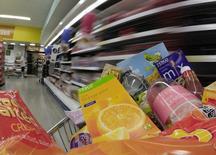 Un carrito con mercadería fotografiado en una tienda Tesco's en Leeds, al norte de Inglaterra, 25 de junio de 2010. La inflación anual en Gran Bretaña se desaceleró a cero en agosto, después de que los precios del petróleo registraran su mayor caída desde el inicio del año, asegurando que el avance de precios se mantendrá muy por debajo de la meta del Banco de Inglaterra. REUTERS/Nigel Roddis