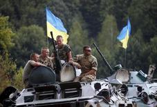 Украинские военные на учениях под Житомиром. 11 августа 2015 года. Украина вновь поднимет вопрос о снабжении ее западным летальным оружием, если предусмотренные февральскими минскими договоренностями о мире обязательства не будут воплощены, сказал высокопоставленный представитель Киева в НАТО. REUTERS/Valentyn Ogirenko