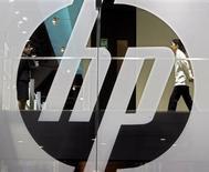 Логотип Hewlett-Packard на выставке International Telecommunication Union (ITU) Telecom World 2006 в Гонконге. 5 декабря 2006 года. Hewlett-Packard Co, которая позднее разделится на две публичные компании, сократит еще 25.000-30.000 человек в подразделении комплектующих и услуг для корпоративного сектора в попытке приспособиться под падающий спрос. REUTERS/Paul Yeung