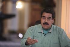 """El presidente de Venezuela, Nicolás Maduro, habla durante su transmisión semanala """"En contacto con Maduro"""" en el Palacio Miraflores, en Caracas, Venezuela, 15 de septiembre.  El presidente de Venezuela, Nicolás Maduro, dijo el martes que viajará en breve a buscar apoyo para su campaña a favor de una cumbre entre los productores que integran la Organización de Países Exportadores de Petróleo (OPEP) y aquellos que no forman parte del grupo a fin de discutir los débiles precios del crudo. REUTERS/Miraflores Palace/Handout via Reuters"""
