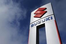 El logo de Suzuki en una automotora de la compañía en California, 6 de noviembre de 2012. Suzuki Motor Corp recomprará una participación de 19,9 por ciento en manos de su principal accionista, Volkswagen, por hasta 3.900 millones de dólares, luego de que una corte internacional de arbitraje ordenara el mes pasado a la automotriz alemana vender esos activos. REUTERS/Mike Blake