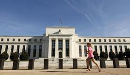 La Réserve fédérale s'abstiendra de relever ses taux directeurs jeudi, estiment un peu plus de la moitié des économistes interrogés par Reuters, alors que ces mêmes économistes prévoyaient la semaine passée, là encore à une courte majorité, qu'elle lancerait le cycle de remontée des taux. /Photo prise le 16 septembre 2015/REUTERS/Kevin Lamarque