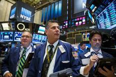 Operadores trabajando en la Bolsa de Nueva York, 16 de septiembre de 2015. Las acciones operaban el miércoles con pocos cambios tras la apertura en la bolsa de Nueva York, en momentos en que los inversores esperan la decisión de la Reserva Federal sobre un alza de las tasas de interés en Estados Unidos. REUTERS/Lucas Jackson