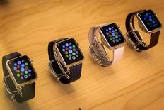 """Apple a annoncé qu'il ne lancerait pas watchOS 2 mercredi comme prévu, ayant découvert un """"bug"""" lors du développement de ce système d'exploitation pour la montre connectée Apple Watch. /Photo prise le 21 juillet 2015/REUTERS/Mike Segar"""
