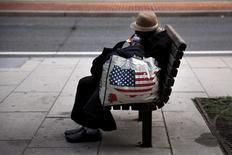 Una indigente sentada en una banca, en el centro de Washington, 1 de septiembre de 2015. La tasa de pobreza en Estados Unidos subió ligeramente el año pasado por una baja en la media de los ingresos de las familias ajustados a la inflación, dijo el miércoles la Oficina del Censo, en una señal de que la expansión económica del país no alcanzó a beneficiar a muchos estadounidenses. REUTERS/Carlos Barria