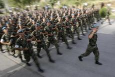 Таджикские военнослужащие на параде в Душанбе 10 августа 2011 года. Таджикские спецслужбы заявили в среду, что нашли и уничтожили бывшего замминистра обороны, которому предъявили обвинение в государственной измене после перестрелки, унесшей десятки жизней ранее в сентябре. REUTERS/Nozim Kalandarov