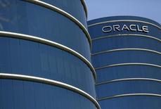 """Oracle affiche un bénéfice et un chiffre d'affaires en baisse en raison de la vigueur du dollar et du déclin des ventes de ses logiciels traditionnels, qui souffrent de la concurrence des logiciels du """"cloud"""". Le chiffre d'affaires au premier trimestre de son exercice décalé achevé le 31 août s'établit à 8,45 milliards de dollars après 8,60 milliards de dollars il y a un an. /Photo prise le 15 juin 2015/REUTERS/Robert Galbraith"""