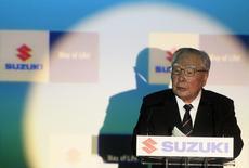 Le PDG de Suzuki Motor, Osamu Suzuki. Le quatrième constructeur automoble japonais a annoncé jeudi qu'il avait racheté une participation de 19,9% détenue auparavant par Volkswagen pour la somme de 460,28 milliards de yens (3,38 milliards d'euros), opération consécutive à un arbitrage international qui avait mis fin en août au conflit entre les deux constructeurs. /Photo prise le 5 mars 2015/REUTERS/Bernadett Szabo