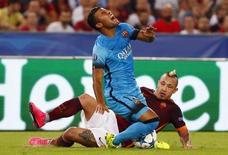 Jogador da Roma Nainggolan faz falta em brasileiro Rafinha, do Barcelona. 16/09/2015  REUTERS/Tony Gentile