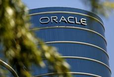 El logo de Oracle en la sede de la compañìa en Redwood City, California, el 15 de junio de 2015. Las ventas de Oracle Corp cayeron más de lo esperado en el primer trimestre, presionadas por la fortaleza del dólar y la rápida transición de los clientes a programas en nube, que tienen menos márgenes y no han logrado compensar la baja de ingresos del software envasado tradicional. REUTERS/Robert Galbraith